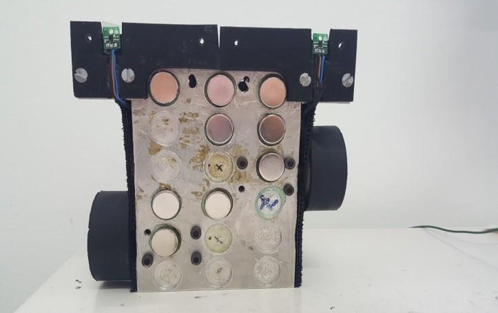 6a3d849e5df Como a disputa entre os robôs ocorre em uma superfície metálica